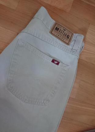 Светлые мужсуие джинсы mustang