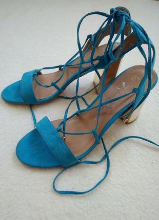 Голубые замшевые босоножки с золотым каблуком на шнуровке