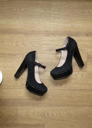 Черные туфли на высоком каблуке под замш