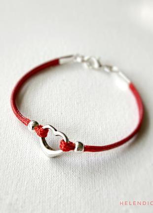 Красный браслет с сердцем