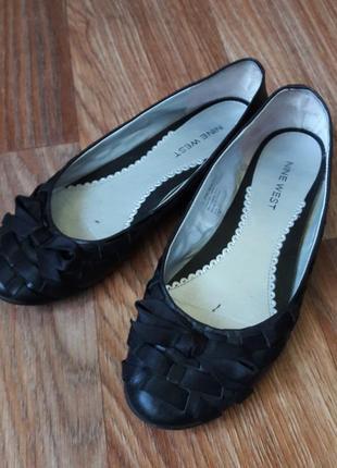 Классические черные кожанные балетки с вставкой из атласной ленты1 фото