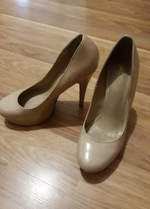 Нюдовые лаковые туфли на высоком каблуке