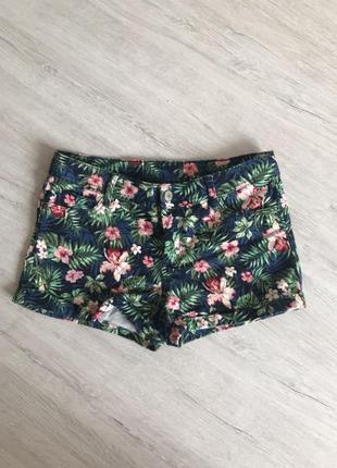 Удобные короткие шорты со стильным принтом