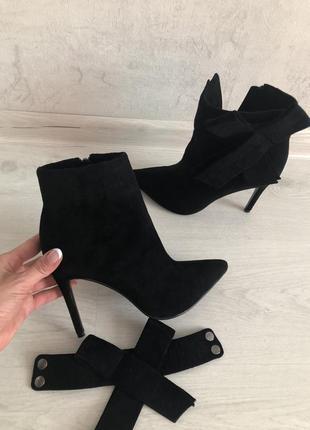 Черные замшевые ботинки с бантом