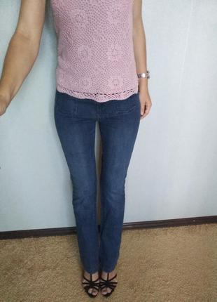 Классные джинсы клеш темно синего цвета + в подарок, нежная розовая вязаная маечка