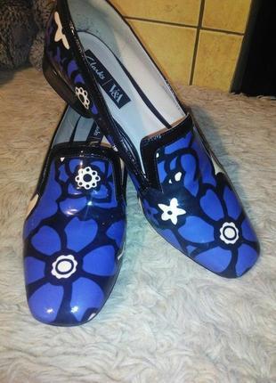 Трендовые лоферы от clarks с актуальным цветочным принтом, туфли на низком каблуке.