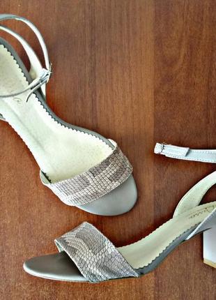 Кожанные босоножки на модном каблуке
