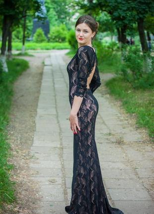 Красивое вечернее платье с открытой спиной и шлейфом