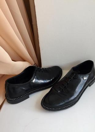 Лаковые закритые туфли на низком ходу