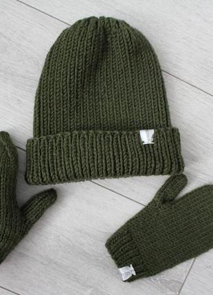Вязаный комплект шапка и варежки