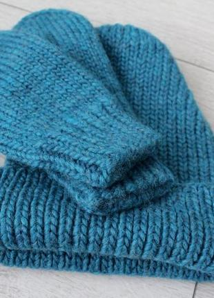Вязаная шапка и варежки вязаный комплект
