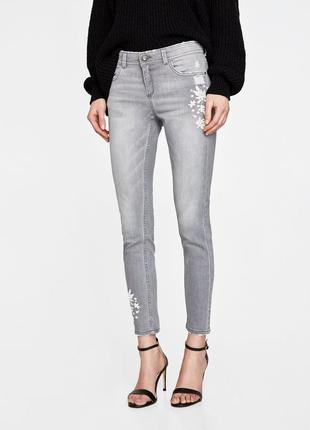 Zara актуальные серые джинсы с винтажной вышивкой и жемчугом