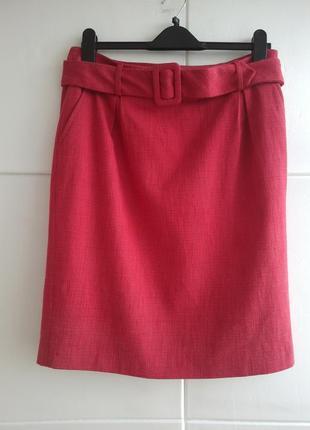 Классическая юбка-карандаш красного цвета с поясом