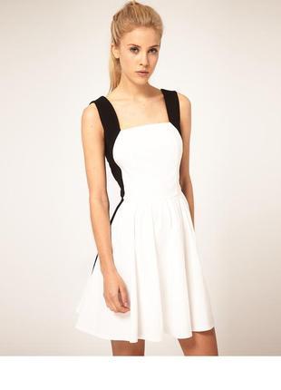 Красивое стильное черно-белое платье с пышной юбкой