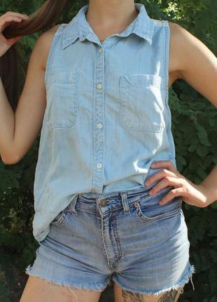 Светлая джинсовая рубашка без рукавов с кружевной спиной