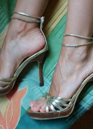 Золотые босоножки на тонких завязках с закрытой пяткой на высоком каблуке