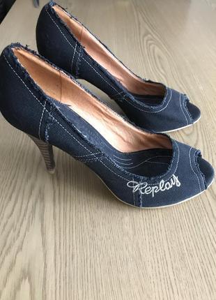 Джинсовые туфли replay на каблуках с легко надорванными нитями
