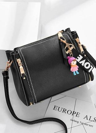 Милая небольшая черная сумка саквояж с брелоком
