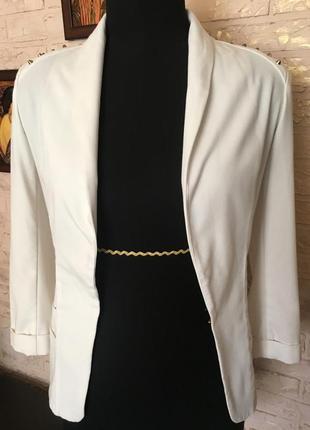 Белый летний пиджак с заклепками