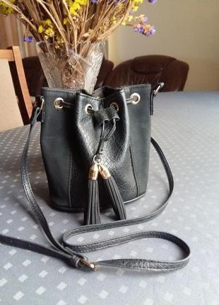 Черная крссивая сумка мешок на длинном ремешке фирмы new look