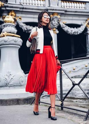 Плиссированная юбка алого (красного) цвета миди