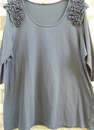 Длинная футболка с буфами на плечах для шикарных девушек.