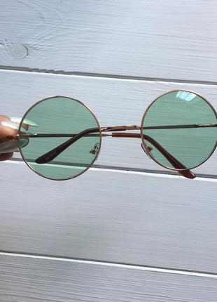 Очки с зелёными стёклами