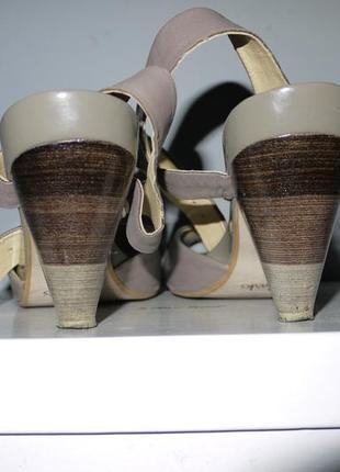 Кожаные босоножки clarks  . бежевые на каблуке .  с открытым носком
