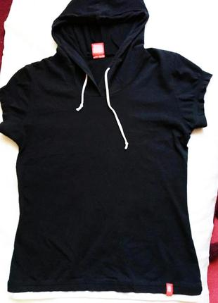 Чёрная спортивная футболка с капюшоном