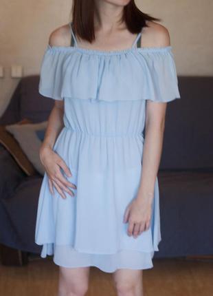 Актуальное платье с открытыми плечами и воланами
