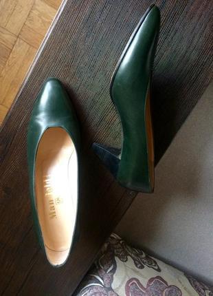 Стильные туфли модного бутылочного цвета