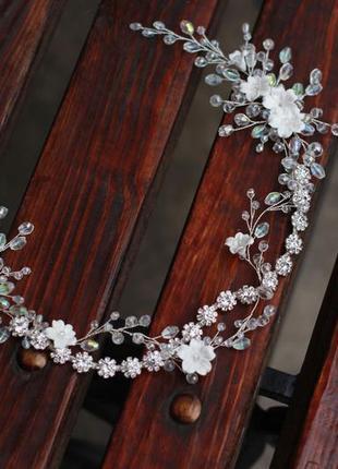 Свадебный венок с бусинами и цветами