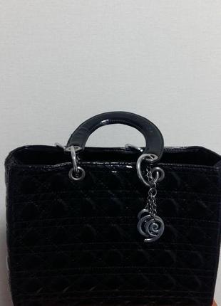 Черная стильная лаковая сумочка