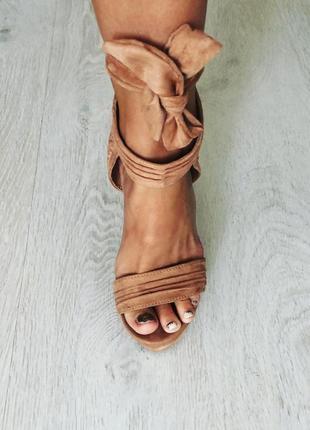 Роскошные босоножки на высоком каблуке . бежевые , на широком шнурке