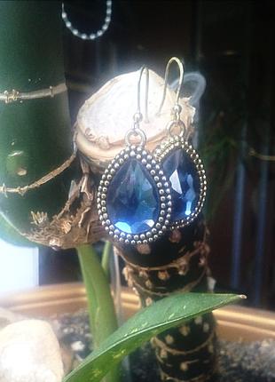 Бижутерия золотые серьги на крючках с синими камнями