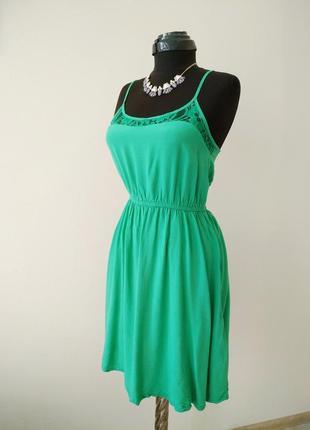 Изумрудное платье с кружевом вискоза