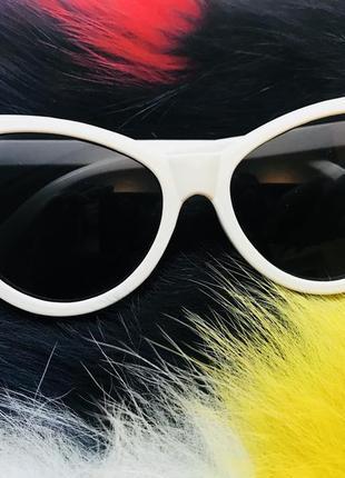 Очки в белой оправе очки лисички