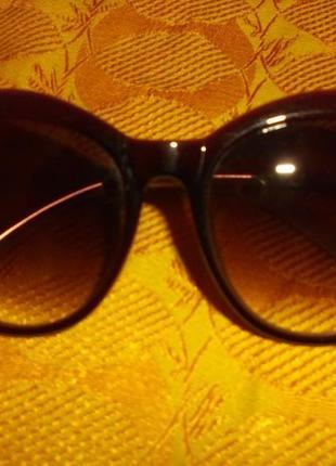 Элегантные фирменные солнцезащитные очки с инкрустацией камней в позолоте.
