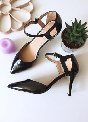 Шикарные лаковые туфли лодочки на среднем каблуке с ремешком