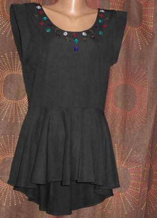 Фактурная блуза-футболка с баской, декольте расшито камнями