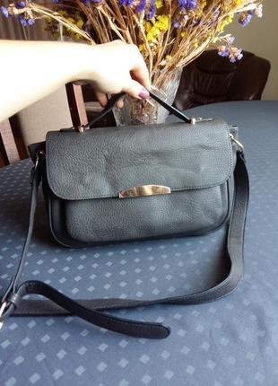Красивая серая сумка кроссбоди фирмы accessorize