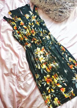 Трендовое платье с вырезами на плечах