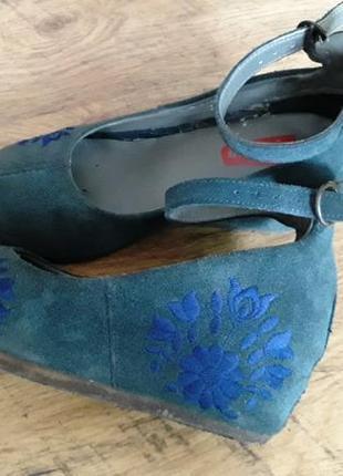 Туфли на скрытой платформе с вышивкой, из натуральной замши и кожи