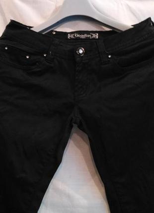 Стрейчевые джинсы, зауженные к низу (skinny)