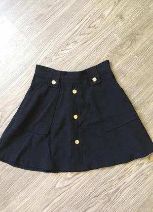 Чёрная юбка с высокой талией и золотыми элементами