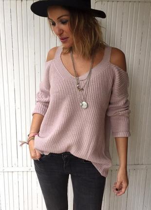 Пыльно розовый вязаный свитер кофта открытыми плечами дырками плечах крупная вязка