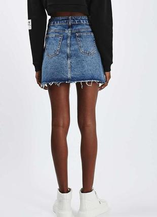 Крутая синяя джинсовая юбка с необработанными краями