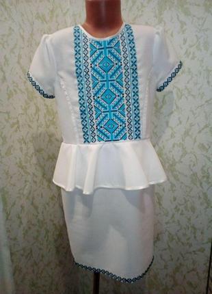Платье вышитое с баской