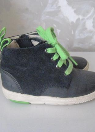 Демисезонные ботинки на мальчика фирмы clarks р. 6,5 f.