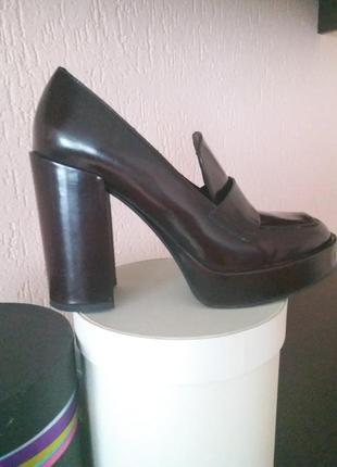 Крутые туфли на широком каблуке.